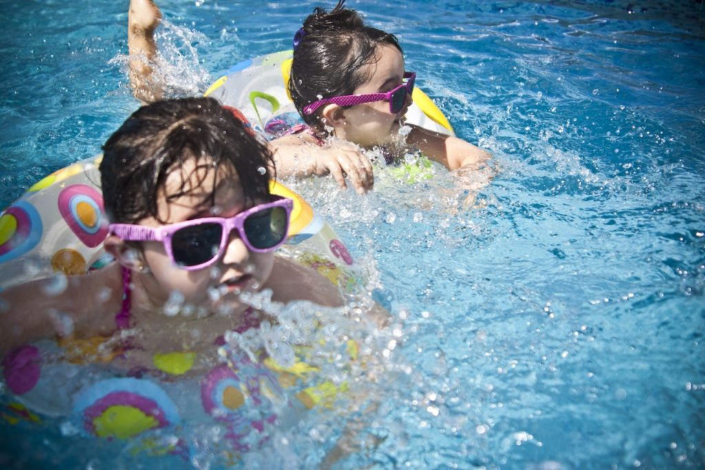 small kids in outdoor pool - best sunscreen for kids
